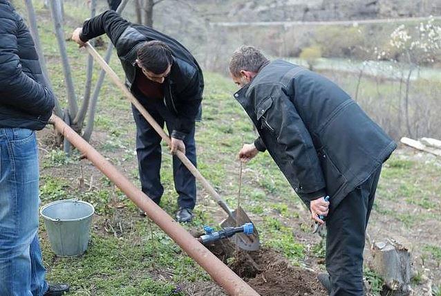 Photo of «Мы — хозяева нашей земли». Жители села Воротан посадили деревья вдоль границы с Азербайджаном