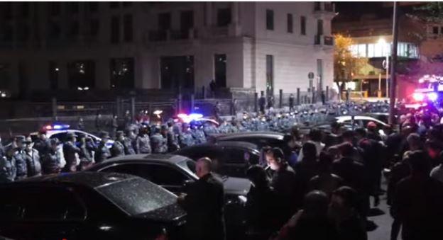 Photo of Перед резиденцией Никола Пашиняна проходит акция в поддержку сюникцев