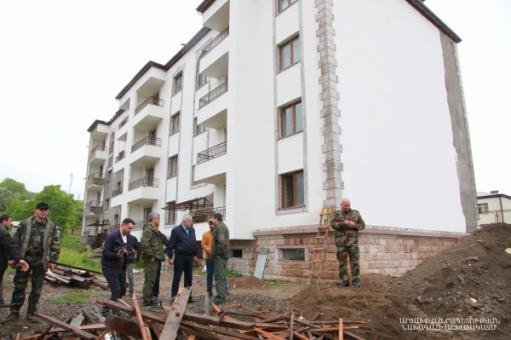 Photo of Արցախի նախագահը Կարմիր Շուկայում հետևել է 140 փայտե առանձնատների տեղադրման աշխատանքներին