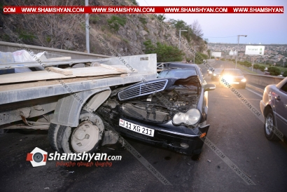 Photo of Երևանում Mercedes-ը մխրճվել է տապանաքար տեղափոխող բեռնատար ГАЗель-ի մեջ, վերջինս էլ վրաերթի է ենթարկել 4 հոգու և բախվել մեկ այլ Mercedes-ի. կան վիրավորներ