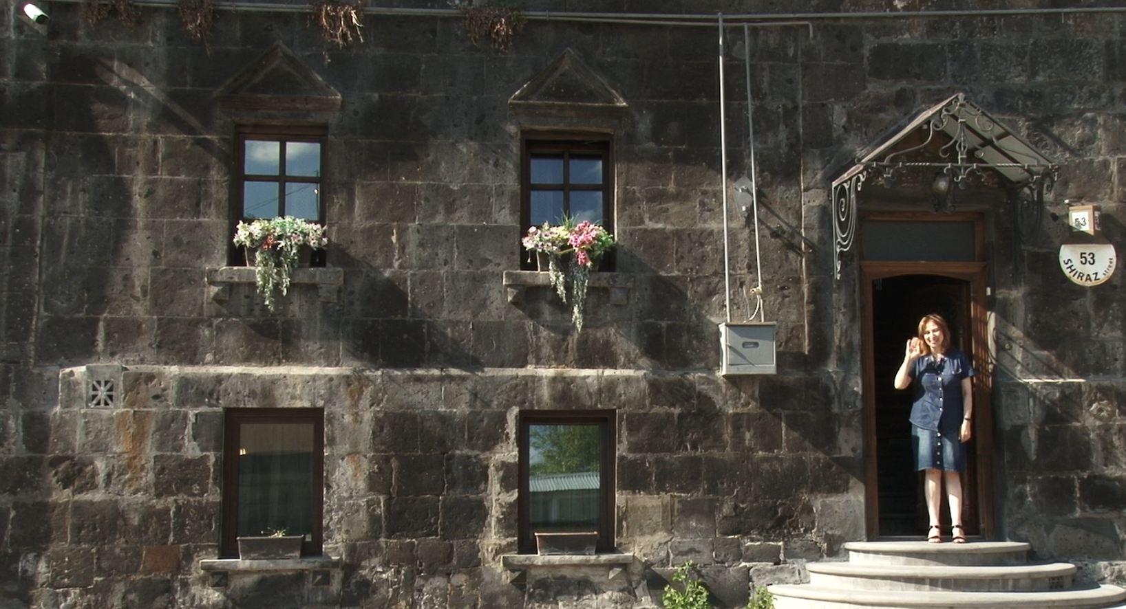 Photo of «Нужно найти в себе силы не эмигрировать». Основательница самого колоритного гостевого дома в Гюмри — женщина.