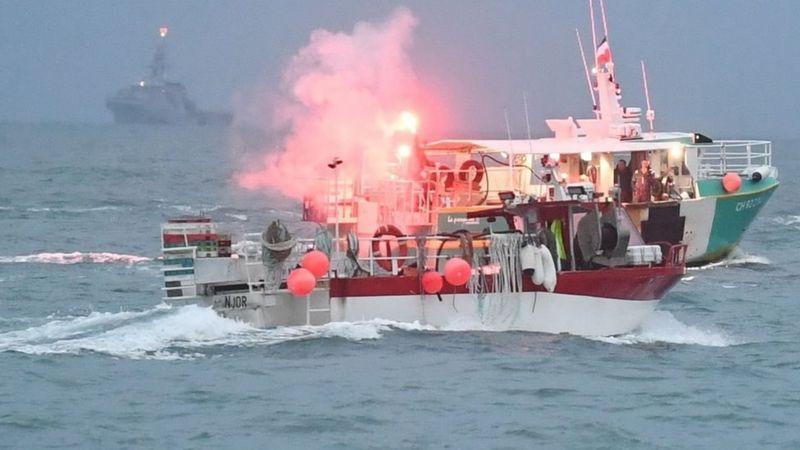 Photo of Британия отправила военные корабли наблюдать за французскими рыбаками у острова Джерси