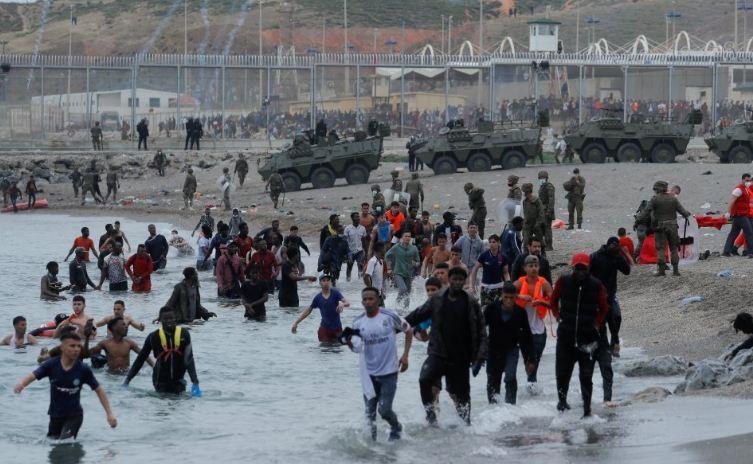 Photo of Тысячи мигрантов и военные на пляже. Беспрецедентный наплыв нелегалов из Марокко в Испании