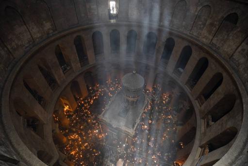 Photo of Երուսաղեմի Սուրբ Հարության տաճարում վառվել է Սրբազան կրակը. այն կառաքվի 11 երկրներ