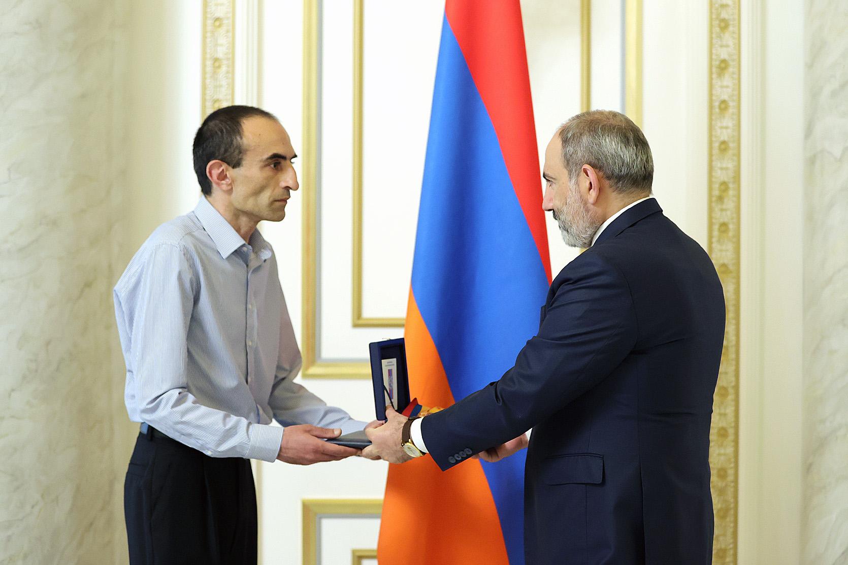 Photo of Никол Пашинянпередал присвоенный Аркадию Тер-Тадевосяну орден Отечества его сыну