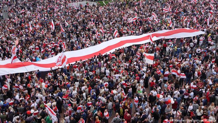 Photo of МВД Беларуси хочет приравнять бело-красно-белый флаг к нацистской символике