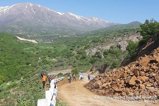 Photo of Երևան-Մեղրի ավտոճանապարհի ժայռաբեկորների և հողային զանգվածի մաքրման աշխատանքներն ավարտվել են