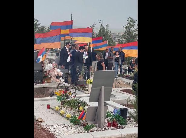 Photo of «Ատում եմ ես քեզ». զոհված զինվորի մայրը` Եռաբլուր այցելած Ռոբերտ Քոչարյանին
