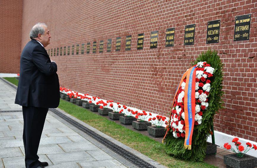 Photo of Նախագահ Արմեն Սարգսյանը Մոսկվայում հարգանքի տուրք է մատուցել ԽՍՀՄ կրկնակի հերոս, Խորհրդային Միության մարշալ Հովհաննես Բաղրամյանի հիշատակին