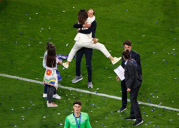 Photo of Нет ничего лучше семейных празднований: поцелуи, объятия и просто счастье всего «Челси» после финала ЛЧ