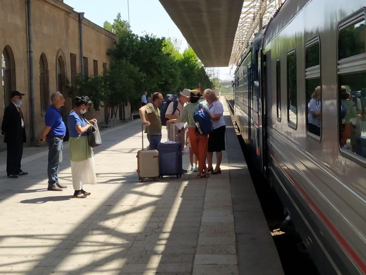 Photo of Открыт летний сезон пассажирских перевозок: в путь отправился первый в этом году поезд Ереван-Батуми