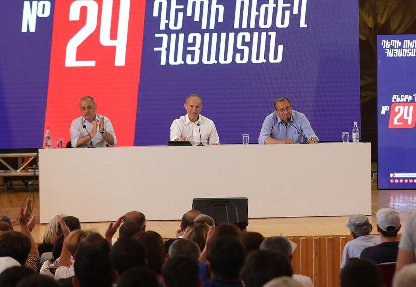 Photo of «Կվերադարձնե՞ք մեզ մեր աշխարհը». «Կանեմ ինձնից կախված ամեն ինչ՝ դրան հասնելու համար». հարցուպատասխան քաղաքացու եւ Ռ. Քոչարյանի միջեւ