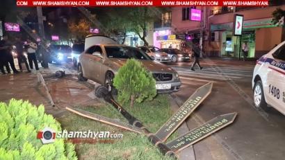 Photo of Երևանում 25-ամյա վարորդը Mercedes CLS 500–ով վրաերթի է ենթարկել 2 հետիոտնի, ապա տապալել լուսակիրն ու ցուցանակը. վիրավորները տեղափոխվել են հիվանդանոց