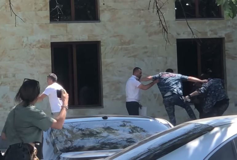 Photo of Драка полицейских в Ереване попала на видео