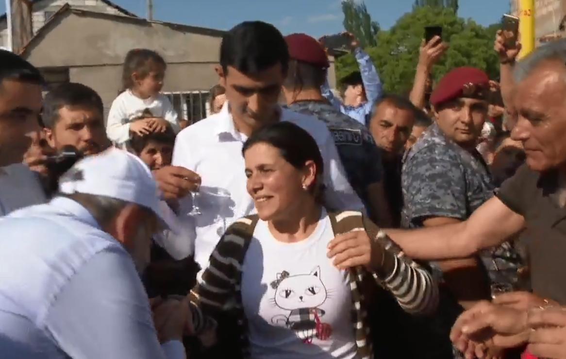 Photo of Նիկոլ Փաշինյանը Քաղսիում հանդիպել է գերությունից նոր վերադարձած Նարեկ Սիրունյանի ընտանիքի անդամներին