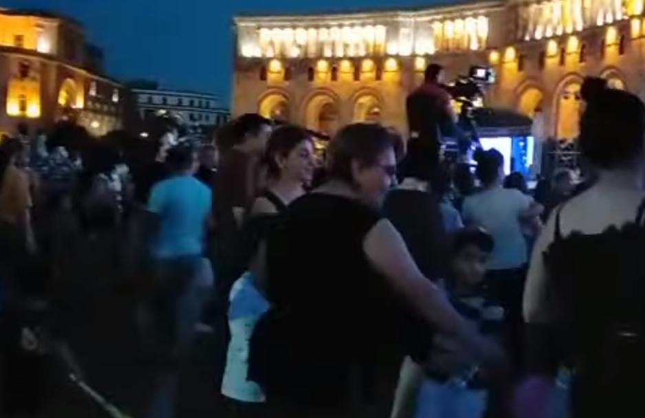 Photo of Քաղաքացիները պարում են Հանրապետության հրապարակում