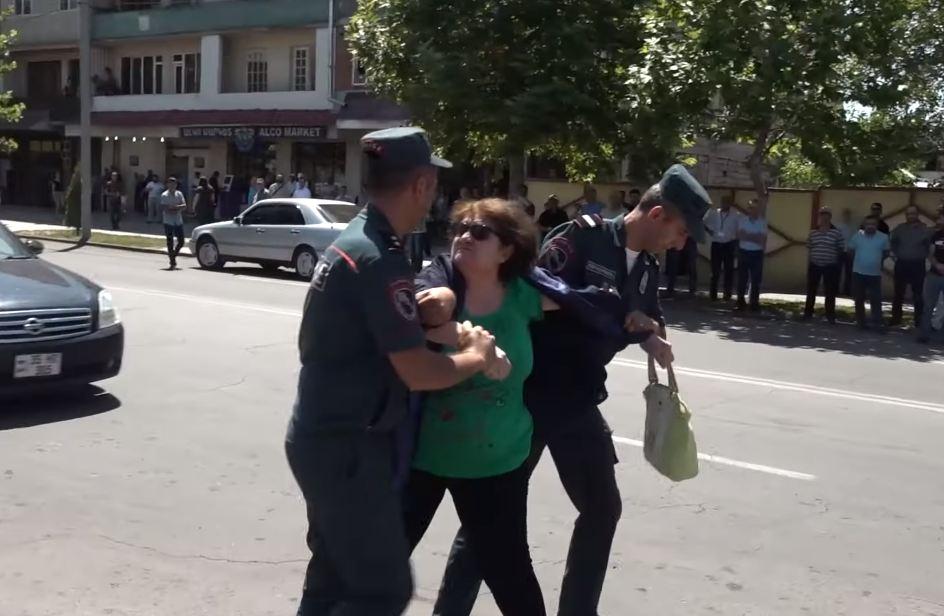 Photo of Էջմիածնի ոստիկանության աշխատակիցները բռնի ուժ են կիրառել կնոջ նկատմամբ
