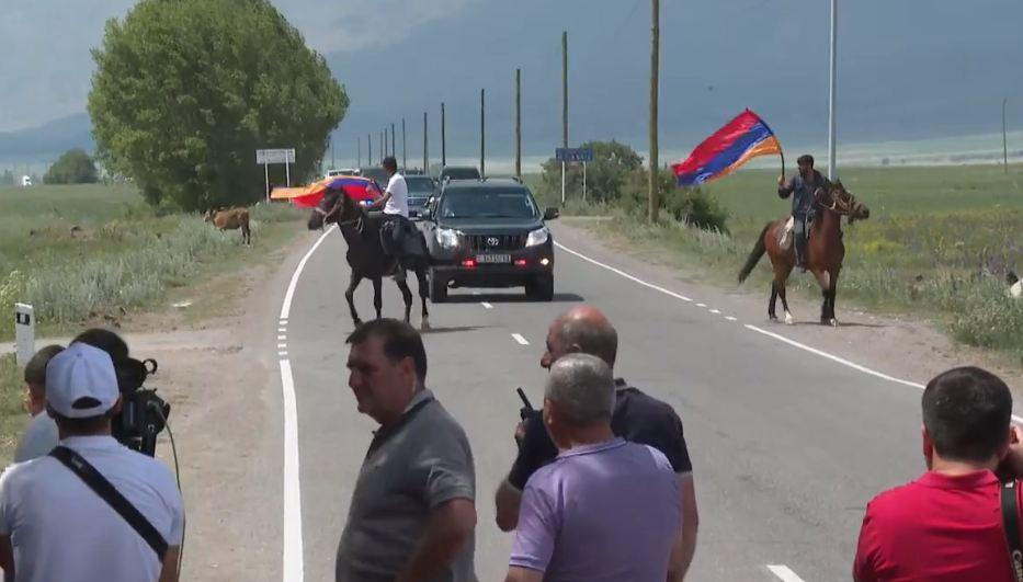 Photo of Մեծ Մասրիկում Փաշինյանի ավտոշարասյունն առաջնորդում էին ձիավորները