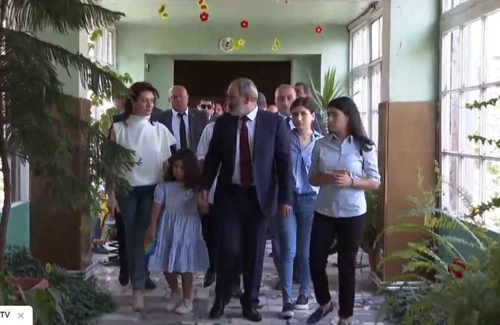 Photo of Никол Пашинян пришел на выборы со всей семьей