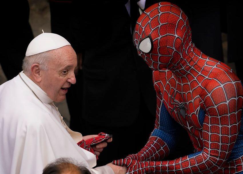 Photo of Человек-паук в Ватикане: зачем супергерой пришел на встречу с папой римским?