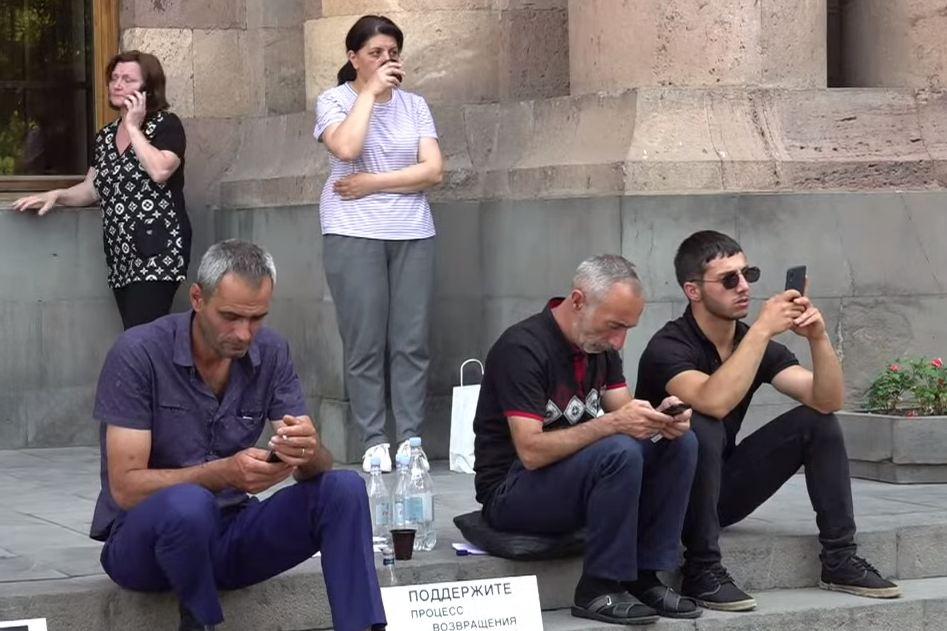 Photo of Бакинская тюрьма – будущее для пленных сыновей?: Акция протеста перед зданием Правительства Армении