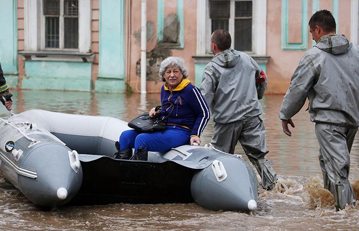 Photo of Началась эвакуация жителей из затопленных зон Ялты