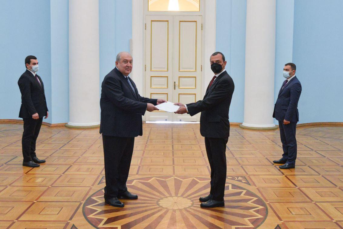 Photo of Հայաստանի և Իտալիայի հարաբերությունները կառուցված են դարերի ամուր հիմքերի վրա. նախագահ Սարգսյանին հավատարմագրերն է հանձնել Հայաստանում Իտալիայի դեսպանը