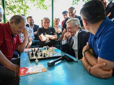 Photo of Серж Саргсян в ходе агиткампании в административном районе Арабкир сыграл в шахматы с гражданами