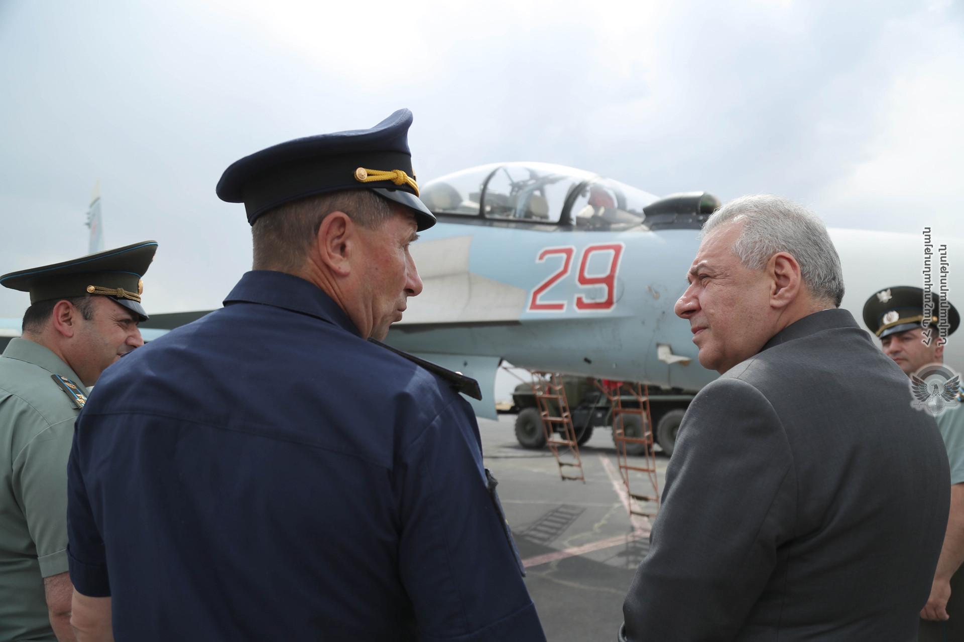 Photo of Глава Минобороны Армении посетил авиабазу «Эребуни» и изучил возможности военных самолетов