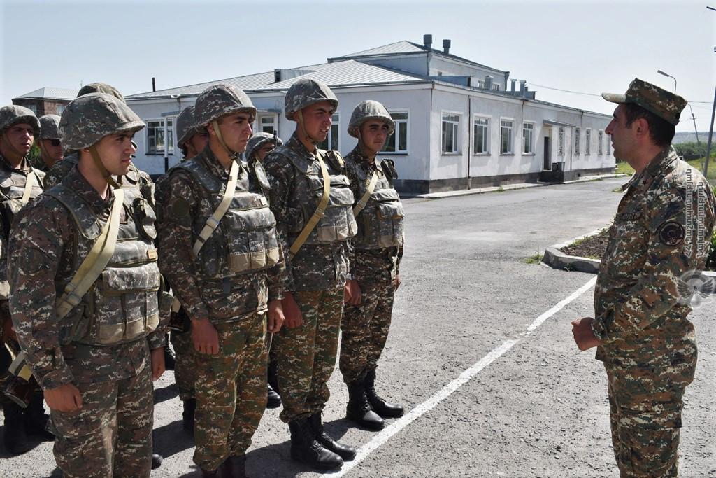 Photo of Հրամանատարներն ու մարտական դիրքերի ավագները ստուգել են անձնակազմի հանդերձանքը եւ հրահանգավորել զինծառայողներին