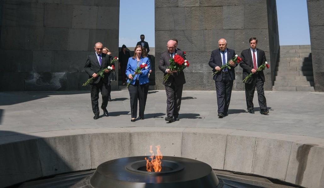 Photo of Ֆիլիպ Ռիքերը հարգանքի տուրք մատուցեց Հայոց ցեղասպանության զոհերի հիշատակին