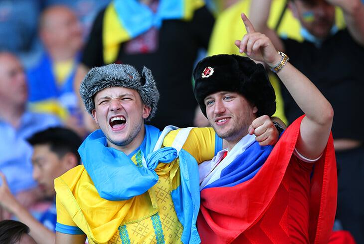 Photo of Видели дружное фото мужчин с флагами Украины и России? Русскому порвали футболку прямо на трибуне