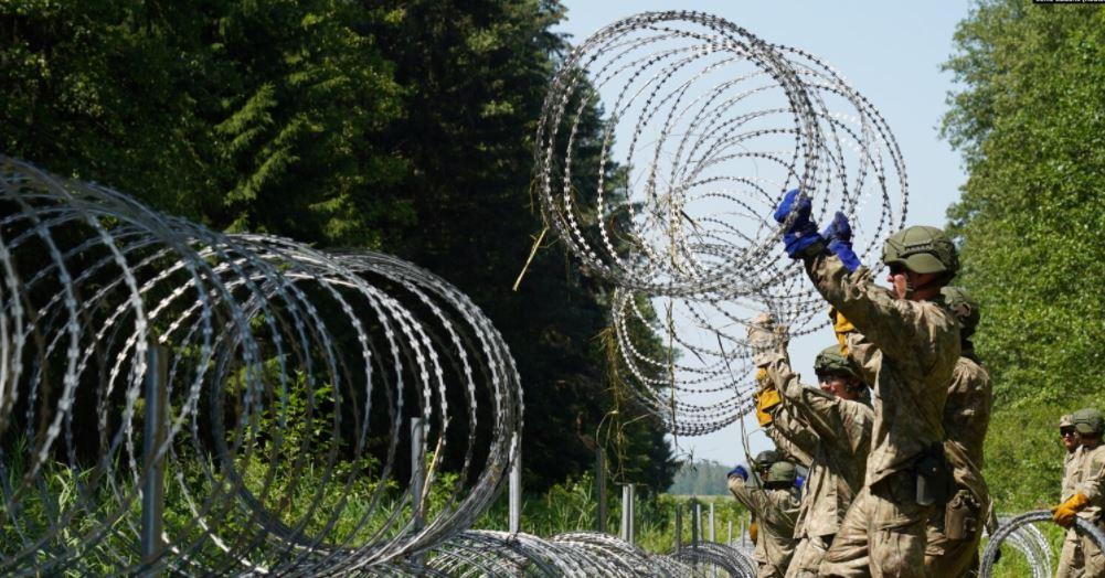 Photo of Литве не хватило колючей проволоки для заграждения от нелегальных мигрантов на границе с Беларусью