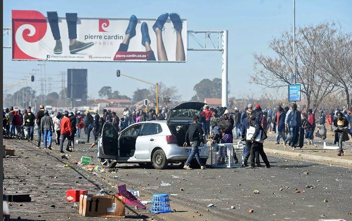 Photo of Число жертв беспорядков в ЮАР увеличилось до 276