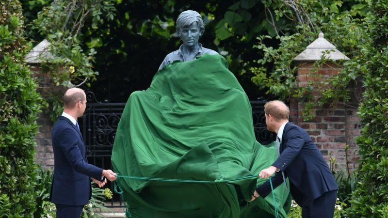 Photo of Уильям и Гарри открыли памятник принцессе Диане. Поможет ли монумент их помирить?