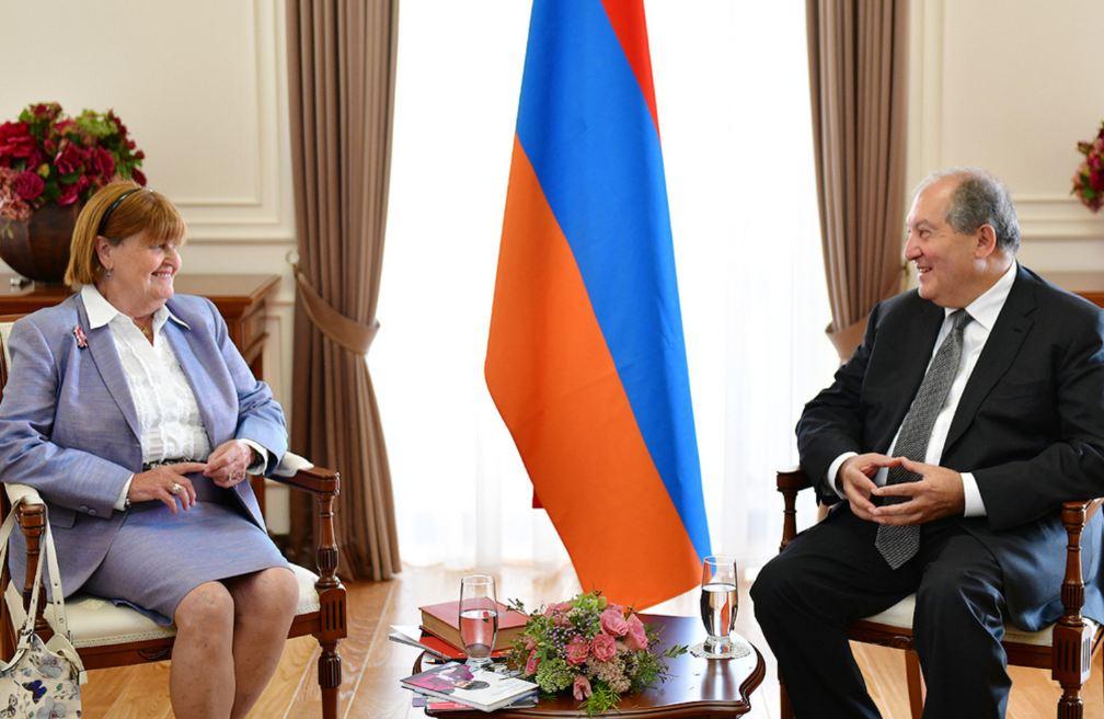 Photo of Президент Армении поздравил баронессу Кэролайн Кокс по случаю дня рождения