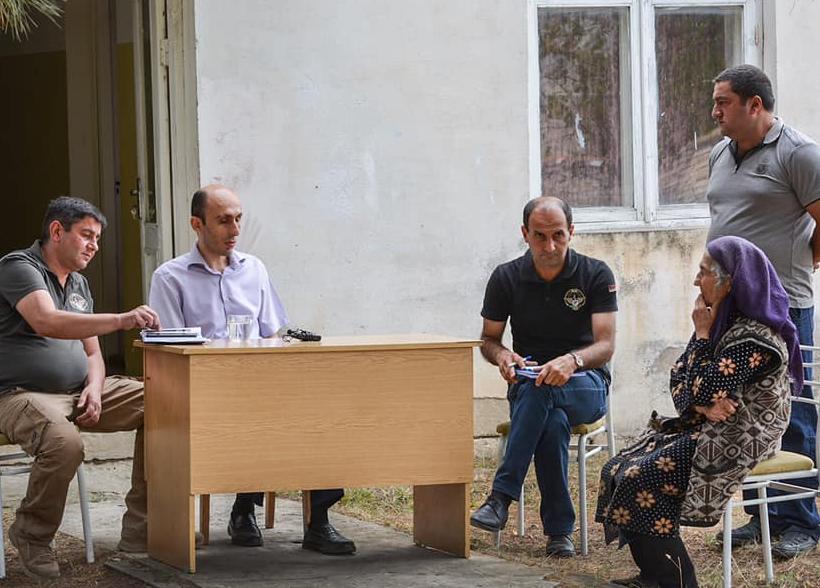 Photo of Госминистр Арцаха посетил расположеные в непосредственной близости от передовой линии общины Муришен, Авдур, Хаци и Норшен.