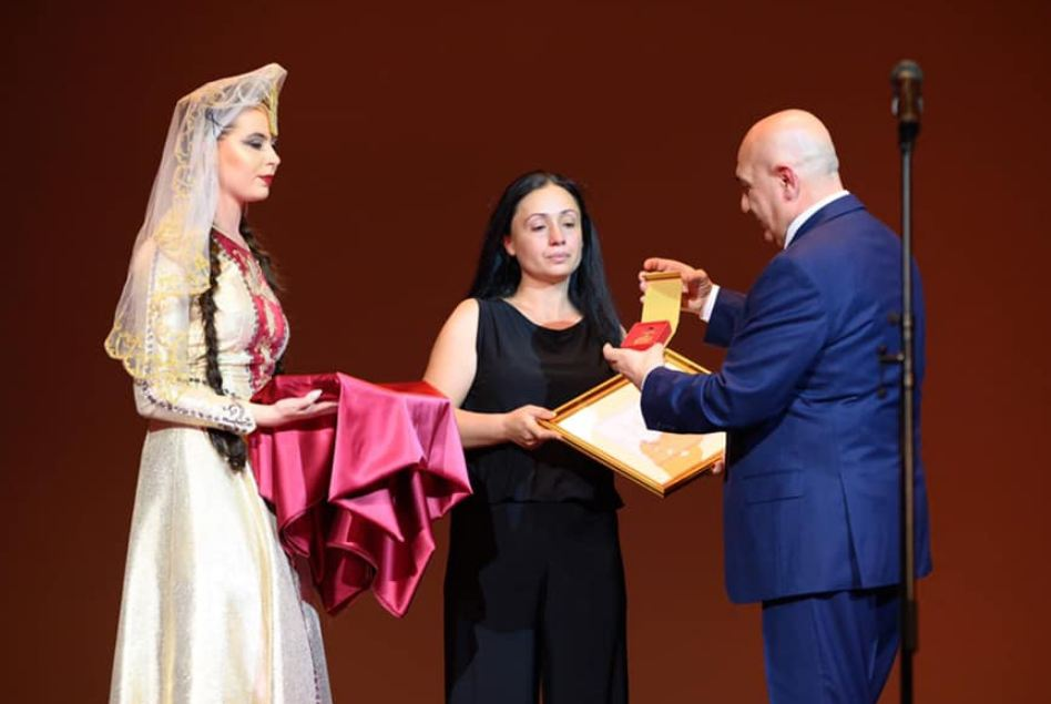 Photo of Артисты ансамбля танца «Берд» Шаген Галстян и Давид Киракосян посмертно награждены «Золотой медалью»
