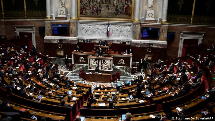 Photo of Парламент Франции принял закон об ужесточении мер борьбы с пандемией