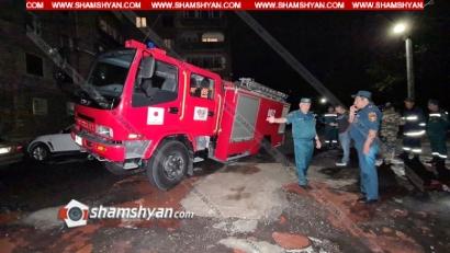Photo of Երևանում կանչով դեպքի վայր մեկնած հրշեջ ավտոմեքենան մասամբ հայտնվել է փոսում՝ կիսակողաշրջված վիճակում