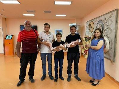 Photo of Три брата забрали из ереванского роддома новорожденных сестер-тройняшек