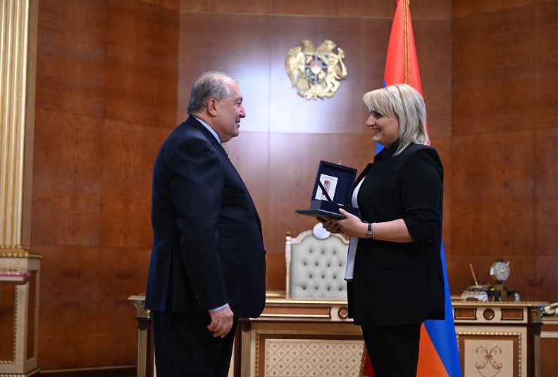 Photo of Президент Армении наградил Элину Даниелян и сыграл с ней в шахматы