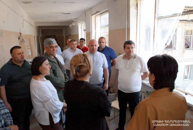 Photo of Президент Араик Арутюнян ознакомился с восстановительными работами в разрушенной в результате войны школе N10 Степанакерта