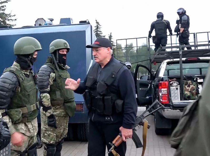 Photo of В резиденции Лукашенко выставили картину, где он изображен с автоматом