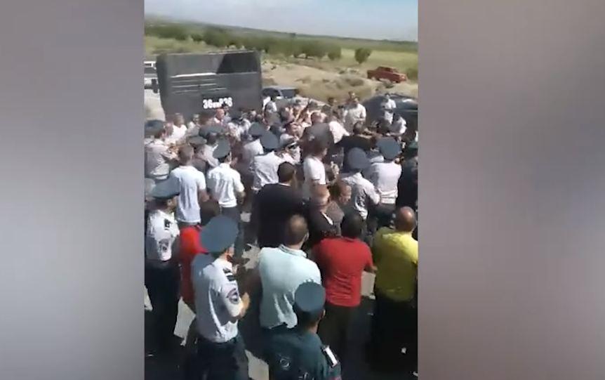 Photo of Ոստիկաններն ուժով բացել են գյուղացիների փակած Երեւան-Երասխ ճանապարհը