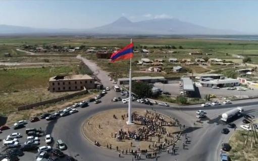 Photo of Երասխում բարձրացվել է հանրապետությունում ամենամեծ եռագույնը