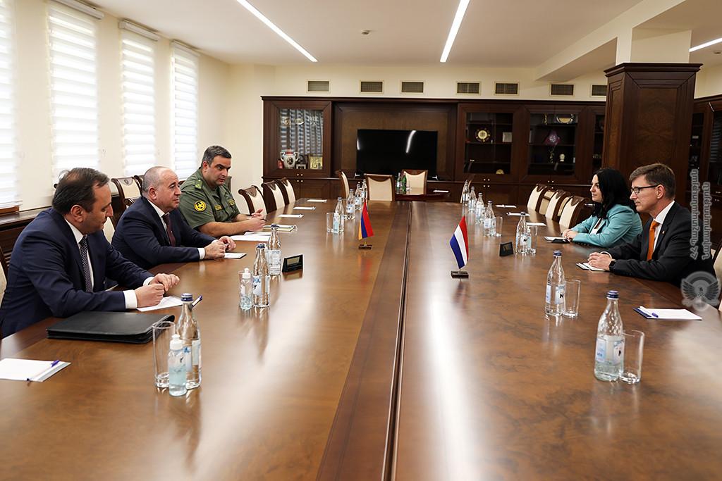 Photo of Министр обороны Армении обсудил с послом Нидерландов ситуацию на границе
