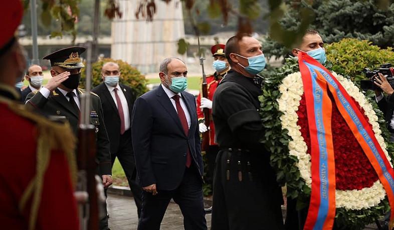 Photo of Նիկոլ Փաշինյանը հարգանքի տուրք է մատուցել Թբիլիսիի «Հերոսների» հրապարակում