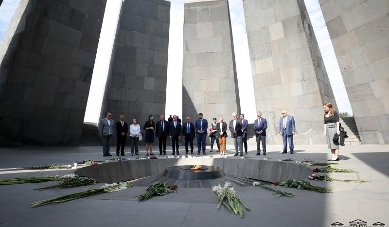Photo of Ֆրանսիայի պատվիրակության անդամներն այցելել են Ծիծեռնակաբերդի հուշահամալիր և Եռաբլուր